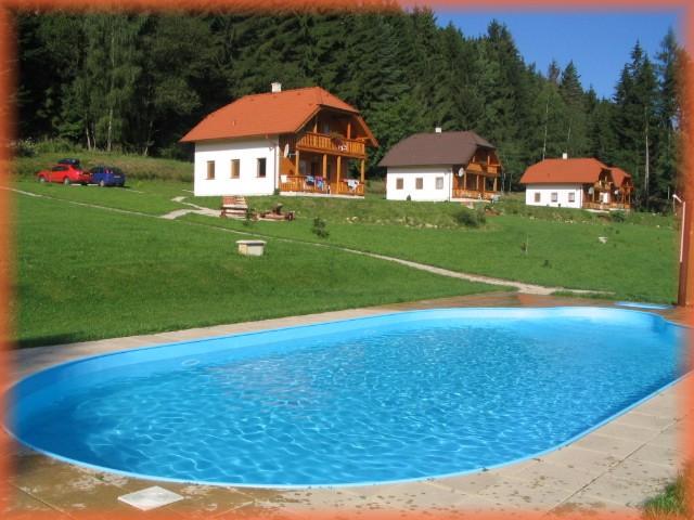chatky u bazenu